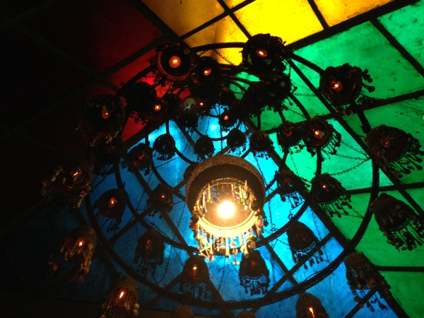 01-Amazing lighting in a restaurant with friends
