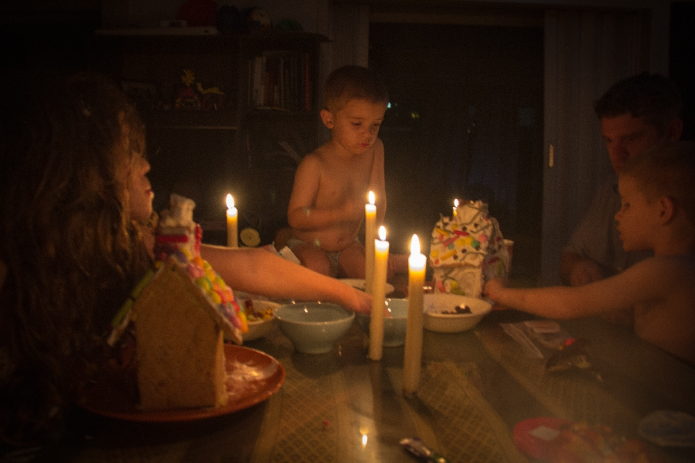 12.14-decorating gingerbread houses